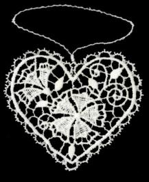 Herzanhänger aus Plauener Spitze -  mit Frühblühern gefüllt
