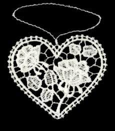 Herzanhänger aus Plauener Spitze -mit Wiesenblumen gefüllt