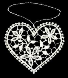 Herzanhänger aus Plauener Spitze – ein filigraner Sonnengruß