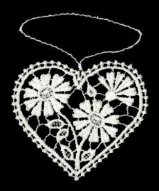 Herzanhänger aus Plauener Spitze mit Margeriten gefüllt
