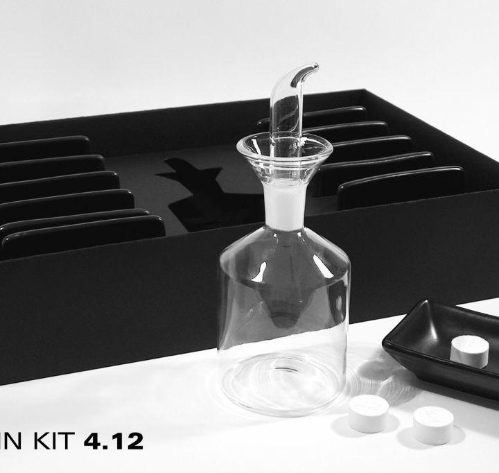 Set mit 12 Keramikschalen und einer Glasampulle